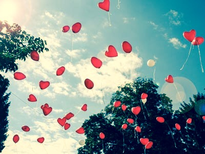 Rote Herzluftballons im Himmel