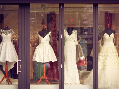 Hochzeitskleider im Schaufenster