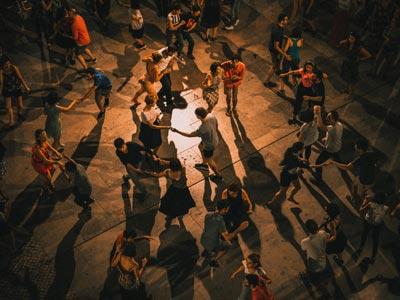 Tanzende Menschen von oben