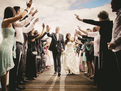 Hochzeitsgäste bejubeln Brautpaar