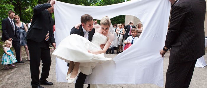 Bräutigam trägt Braut durch Herz