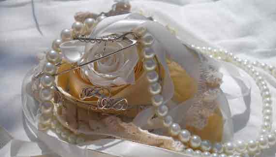 weiße Rose mit Perlenkette