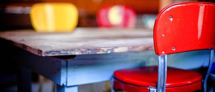 Roter Stuhl mit Holztisch