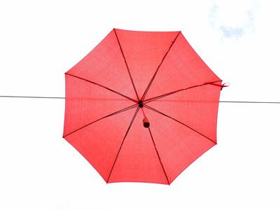 Roter Regenschirm von oben