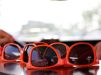 Rote Sonnenbrillen