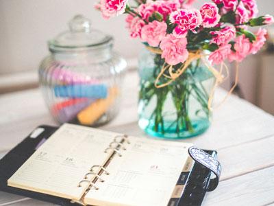 Tisch mit Handy und Notizbuch