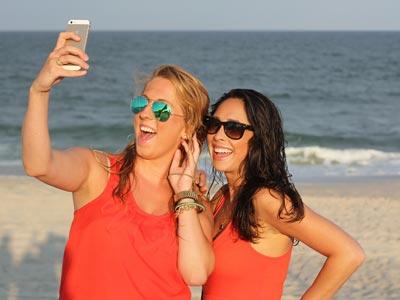 Selfie am Strand mit zwei Frauen