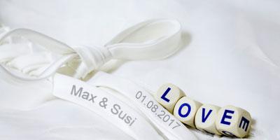 Weißes Satinband mit Namensaufdruck