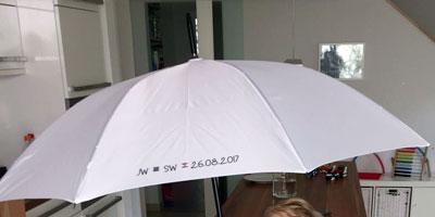 Weißer Regenschirm mit Aufdruck