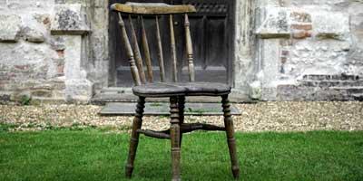 Alter Stuhl auf Wiese